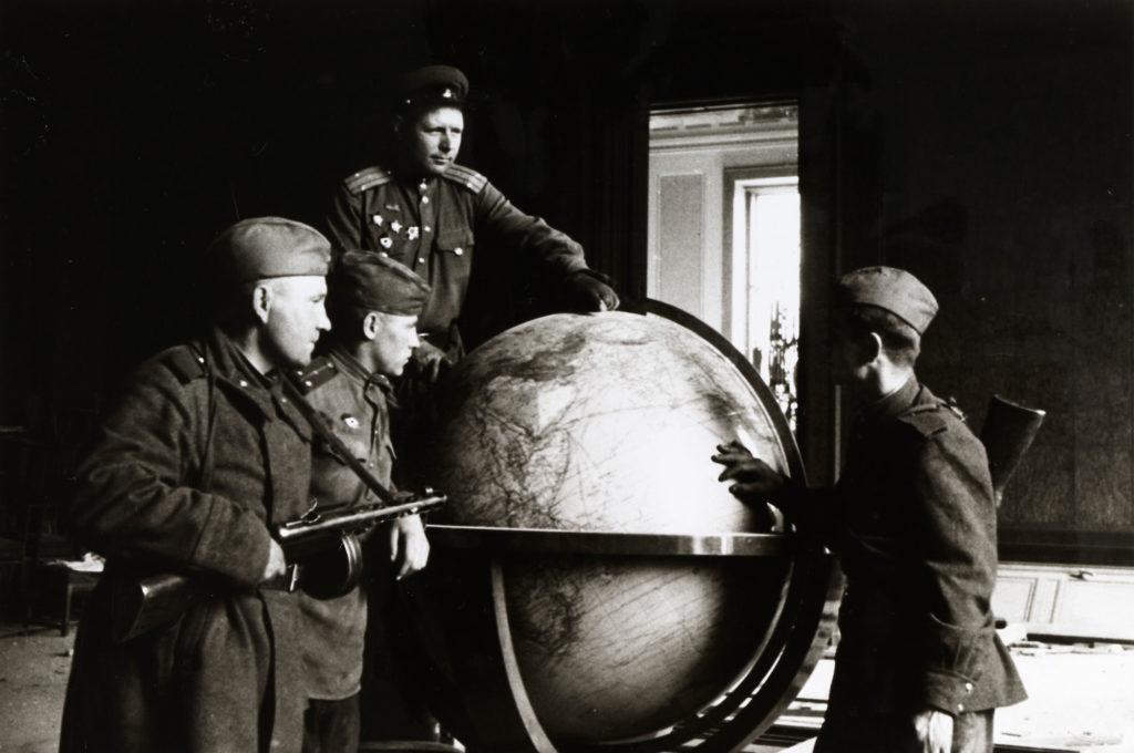 Soviet Soldiers in Hitler's study in the Reich Chancellery in Berlin, 1945 (Credit: BA005508, B.Puschkin, Deutsches Historisches Museum, Berlin)
